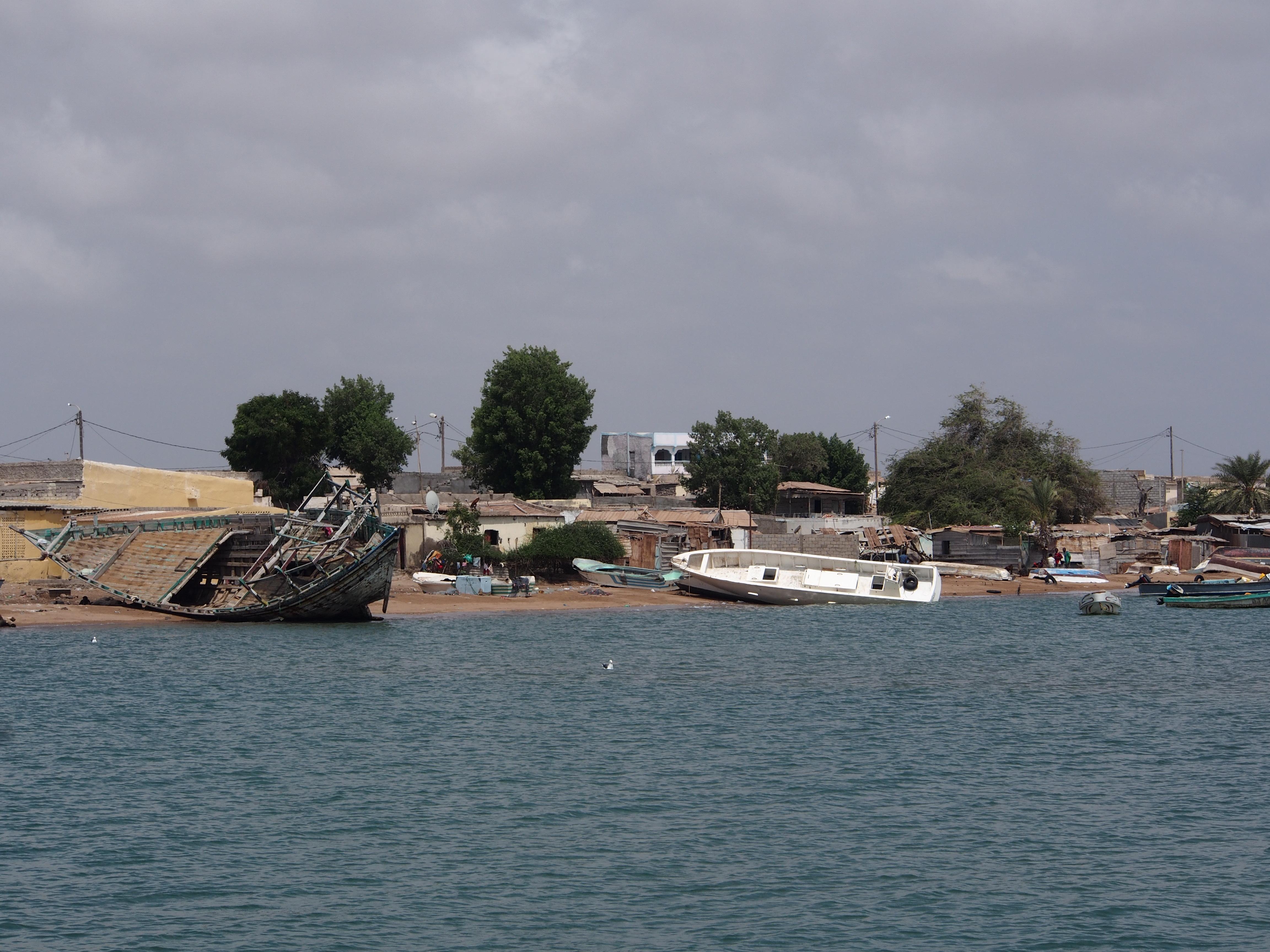 Les épaves - boutres commerciales et embarcations de pêche - attendent d'être réparées.